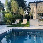 Villa-con-pavimentazione-in-pietra-sinterizzata-Hardscape-Porcelain-Etna-Light-Grey
