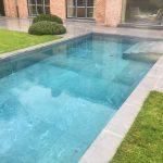Lastre in pietra sinterizzata L'ALTRA PIETRA Colosseo Grigioni Villa con piscina Bruxelles