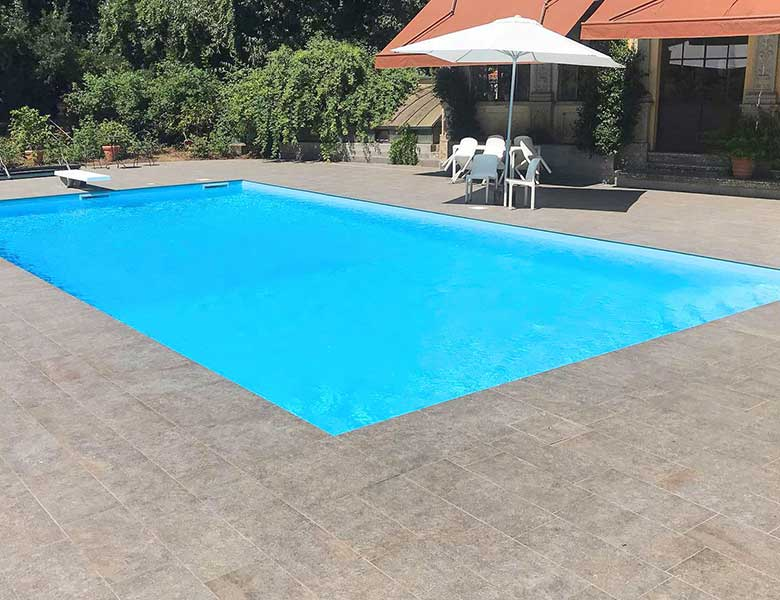 Pavimento in pietra sinterizzata villa con piscina Bergamo
