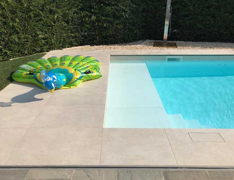 Pavimento in pietra sinterizzata casa con piscina Bergamo