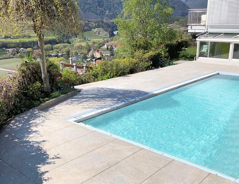 Lastre in pietra sinterizzata L'ALTRA PIETRA Colosseo Barge in 2 cm di spessore villa con piscina Bolzano