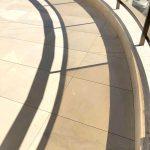 Lastre in pietra sinterizzata L'ALTRA PIETRA Duomo Mint in 2 cm di spessore abitazione con terrazza Cannes