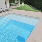 Lastre in pietra sinterizzata L'ALTRA PIETRA Duomo Perla 60x90x2 cm villa con piscina