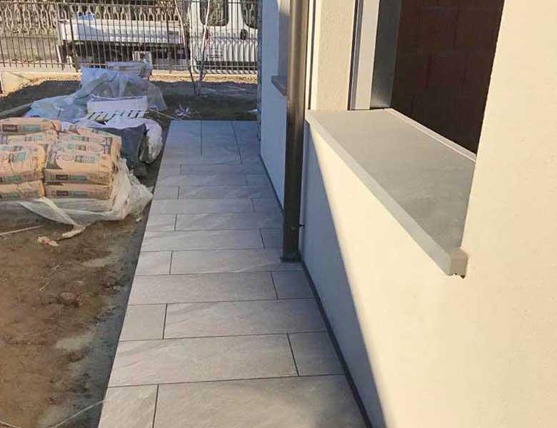 Pavimenti in pietra sinterizzata HARDSCAPE PORCELAIN Etna Light Grey e OUTDOOR WOOD 2 CM HArena Holz Marrone 40x120x2 cm