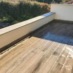 Pavimenti in pietra sinterizzata HARDSCAPE PORCELAIN Etna Light Grey e OUTDOOR WOOD 2 CM HArena Holz Marrone 40x120x2 cm